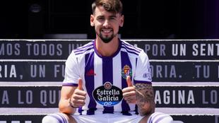 Luis Pérez posa con la camiseta del Valladolid.