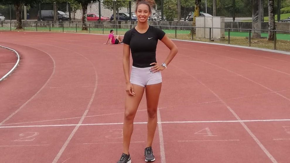 María Vicente posa en la pista de atletismo donde se entrena.