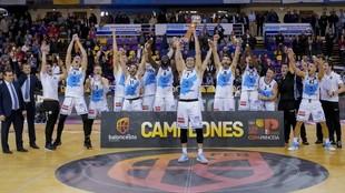 Los jugadores del Gipuzkoa Basket celebran la consecución de la Copa...