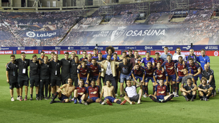 La plantilla del Osasuna posa tras su partido contra el Mallorca de...