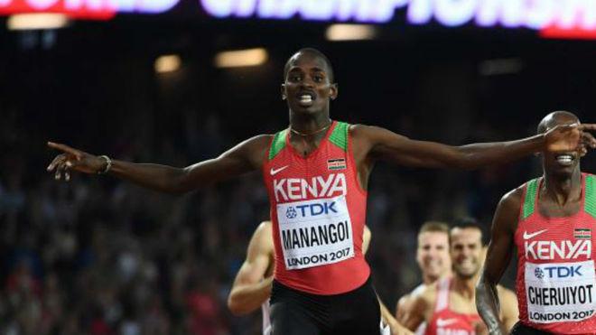 Elijah Manangoi gana la final de 1.500 del Mundial de 2017.