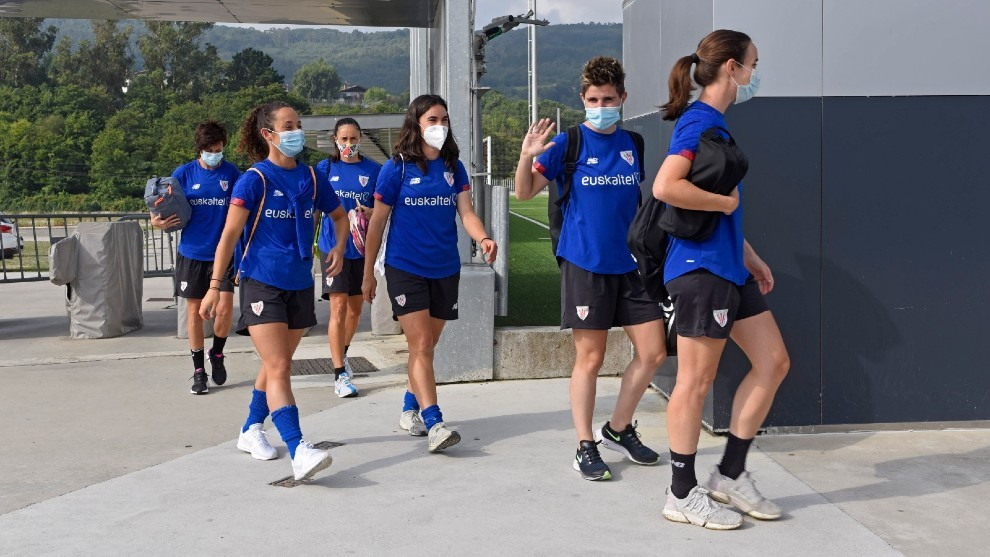 Las jugadoras del Athletic Club en su llegada a Lezama.