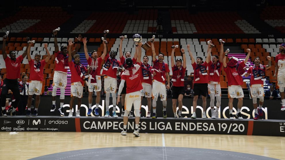 El Baskonia celebra el título de campeón en Valencia.