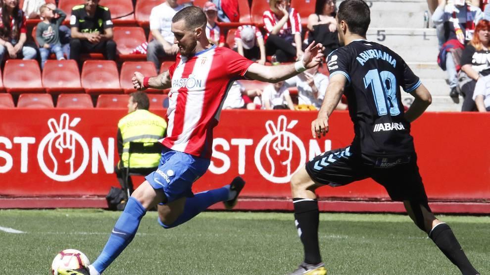 Mathieu Peybernes en el partido ante el Sporting