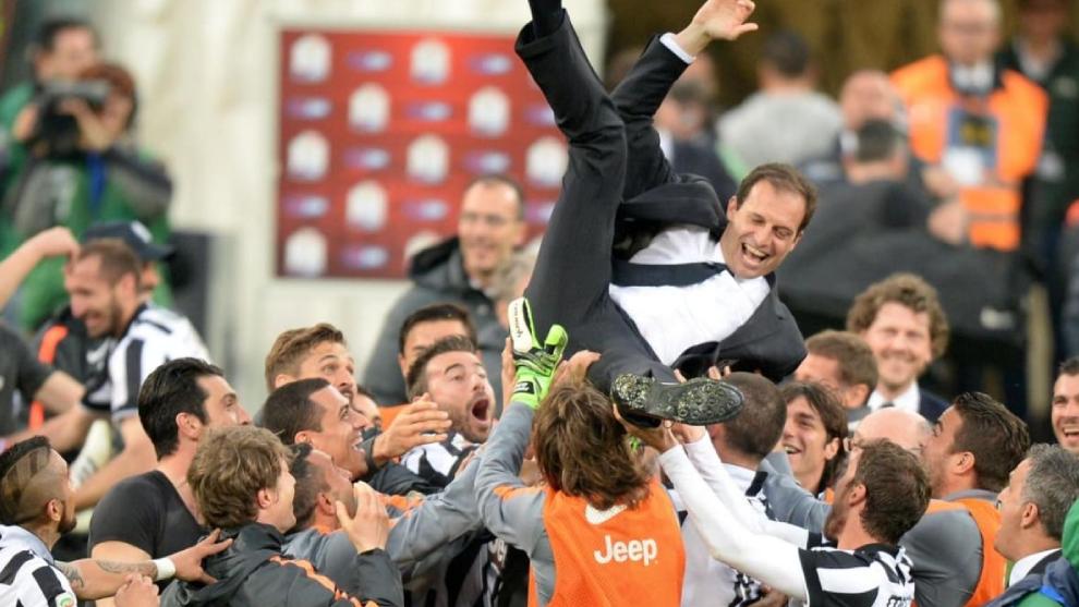 Allegri manteado por los jugadores de la Vecchia Signora.