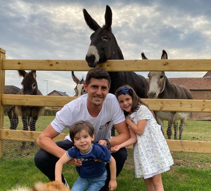 Courtois kihasználja a szabadságot, hogy családjával farmot látogasson el