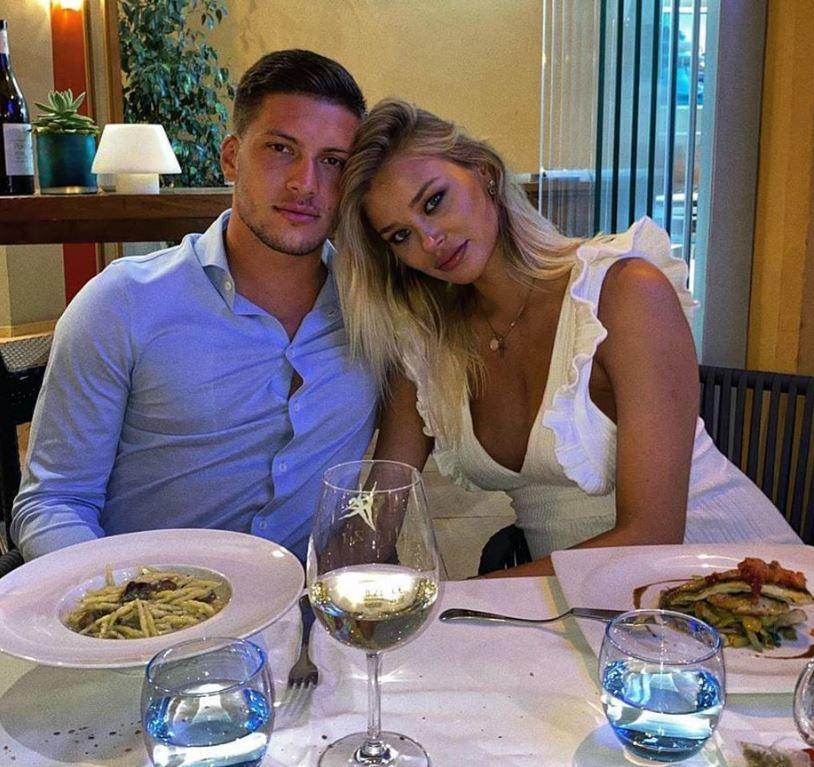 Jovic vacsorázik élettársa társaságában