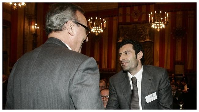 Joan Gaspart y Luis Figo se saludan en un acto de la UEFA en...