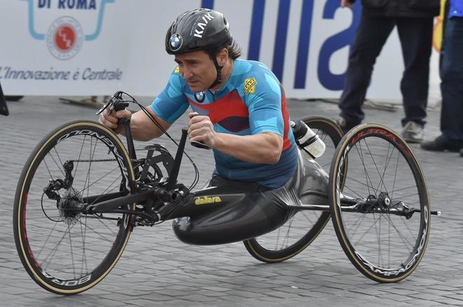 Alex Zanardi, compitiendo con su handbike.