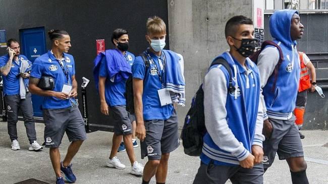 Los jugadores del Dépor tras la suspensión del partido contra el...