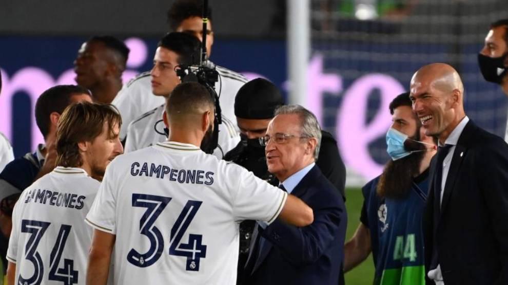 Florentino Pérez conversa con Modric y Benzema ante la presencia de...