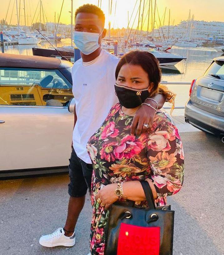 Fati Ansu anyjával sétál a kikötőn