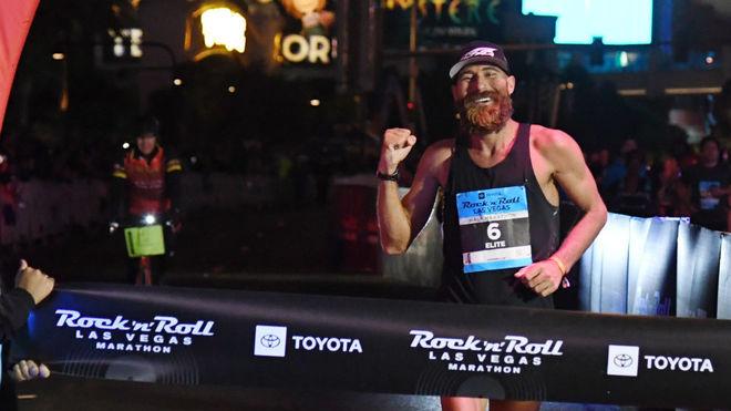 Tommy Rivers, tras ganar el maratón de Las Vegas en 2018.