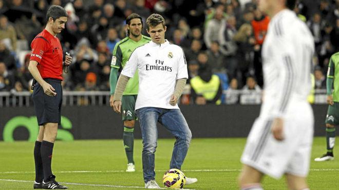 Magnus Carlsen realiza el saque de honor en el Bernabéu en diciembre...