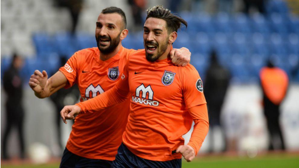 Irfan Can Kahveci (25), a la derecha de la imagen, celebra un gol en...