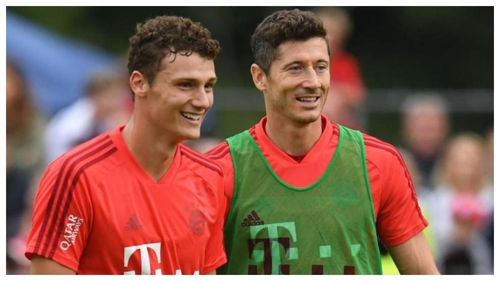 Pavard, junto a Lewandowski en un entrenamiento del Bayern.