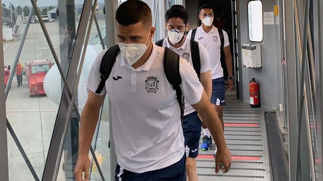 Los jugadores del Fuenlabrad a su llegada al aeropuerto de La Coruña.