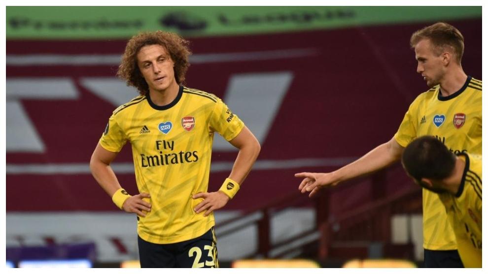 David Luiz se lamenta en el partido ante el Aston Villa.