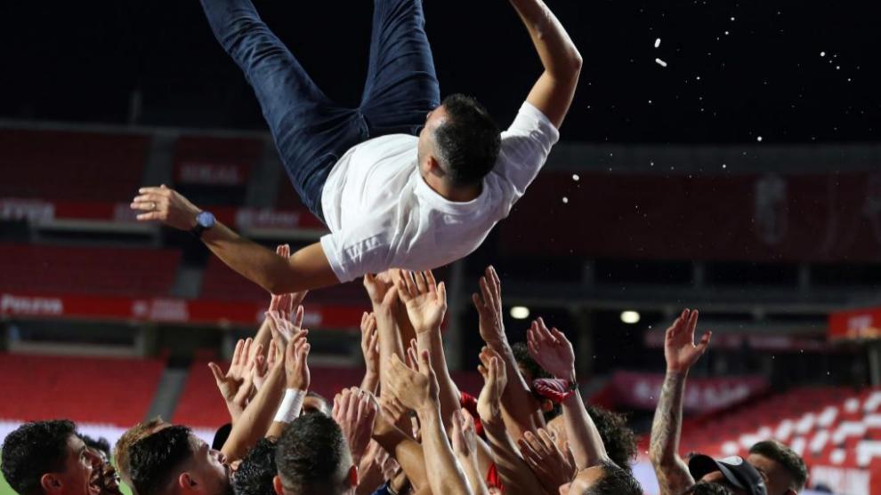 Diego Martínez es manteado por sus jugadores tras la consecución de la clasificación europea