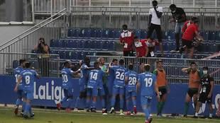 Los jugadores del Fuenlabrada celebran un gol en el Fernando Torres...
