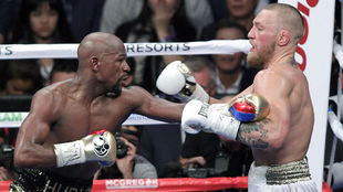 Mayweather pelea con McGregor en 2017.