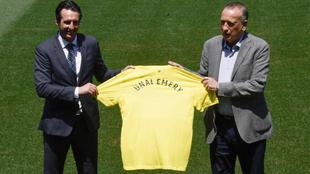 Emery y Fernando Roig posan con la camiseta del Villarreal.