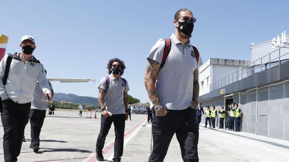 Ramos y Marcelo, con mascarilla en un desplazamiento de Liga con el...
