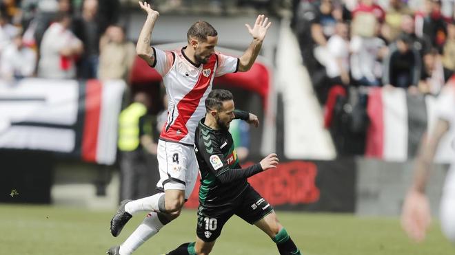 Sánchez y Mario Suárez, durante un lance del último Rayo - Elche.