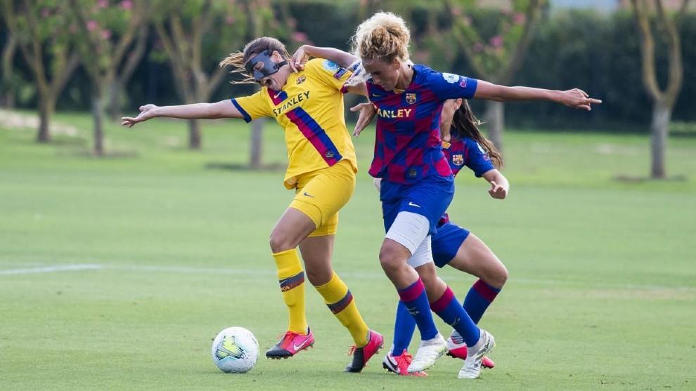 Patri Guijarro y Kheira Hamraoui pujan por un balón durante un...