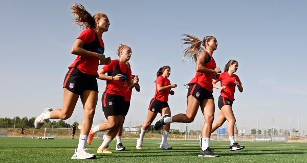 Las jugadoras del Atlético de Madrid durante un entrenamiento de...