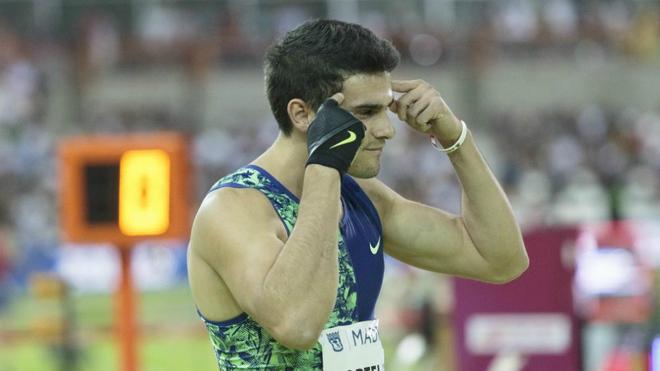 Bruno Hortelano con su habitual gesto antes de cada carrera en el...