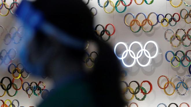Aros olímpicos en medio de Japón durante la pandemia de coronavirus.