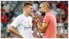 Kroos y Guardiola dialogan durante un amistoso entre el Madrid y el...