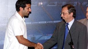 Figo da la mano a Florentino durante la presentación del portugués.