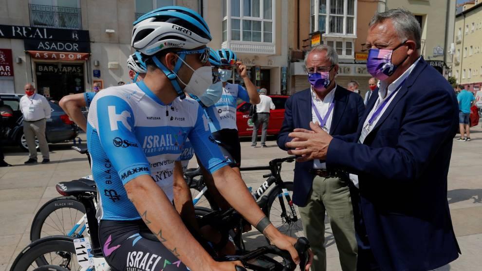 El vicepresidente de la Diputación de Burgos conversa con un ciclista...