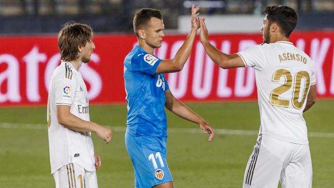 Cheryshev saluda a Asensio durante el partido de LaLiga entre Madrid y...