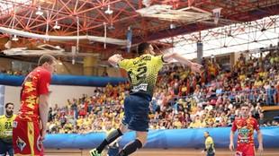Cavero lanza a portería durante un partido de Champions entre el...