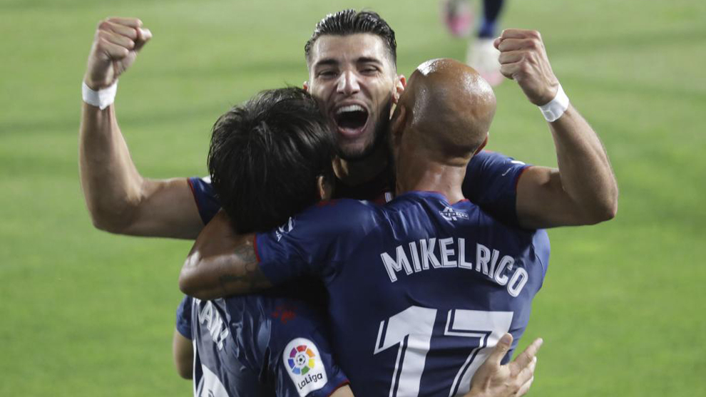Rafa Mir celebra un gol ante el Numancia con Mikel Rico y Okazaki.