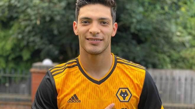 Así lució Jiménez la nueva playera de los Wolves.