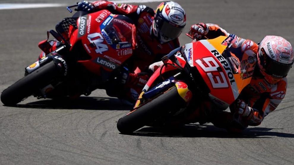 Márquez y Dovizioso, en plena lucha durante el pasado GP de...