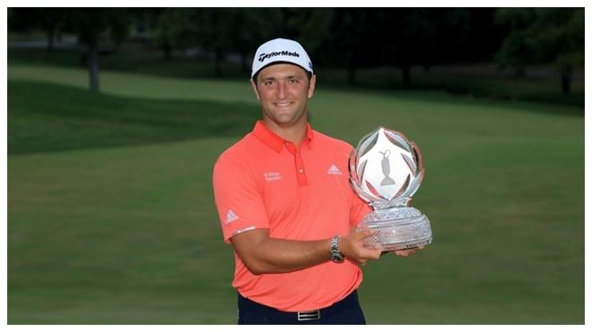 Rahm posa con el trofeo del Memorial