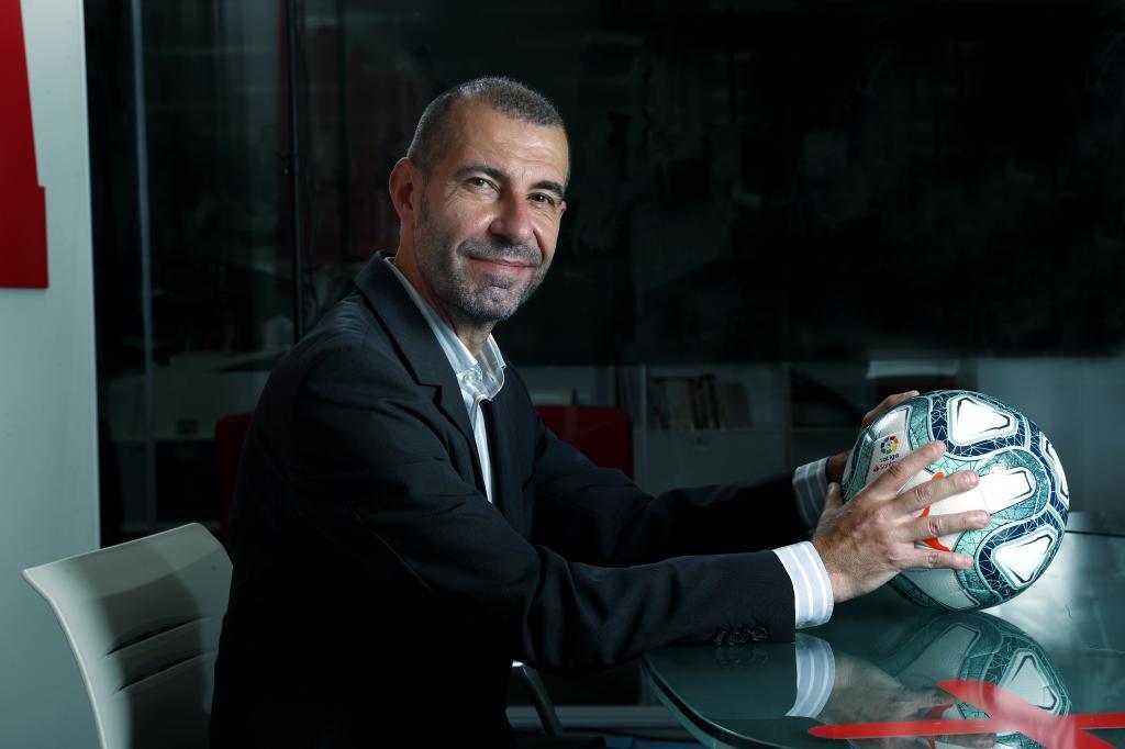 El director del gabinete de presidencia del Real Valladolid posa junto al balón de LaLiga.