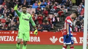 Munir hace un gesto de aprobación durante un partido en Los Cármenes