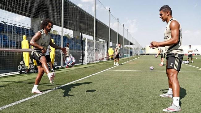 Marcelo y Casemiro, en un ejercicio con balón esta mañana en...