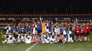 Los jugadores del Sabadell celebran el asecenso a Segunda en el...