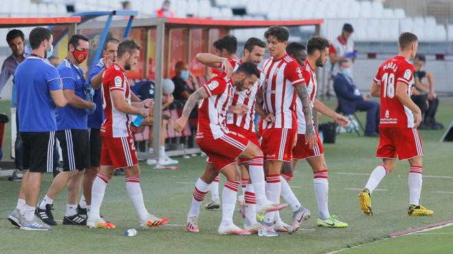 Los jugadores del Almería celebran un gol durante un partido.