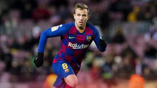 Arthur Melo en un duelo con el Barcelona.