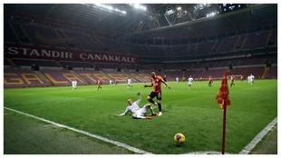 Vida y Andone se disputan un balón en un Galatasaray-Besiktas.