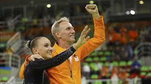 La campeona olímpica Sanne Wevers, con su padre, unmo de los...