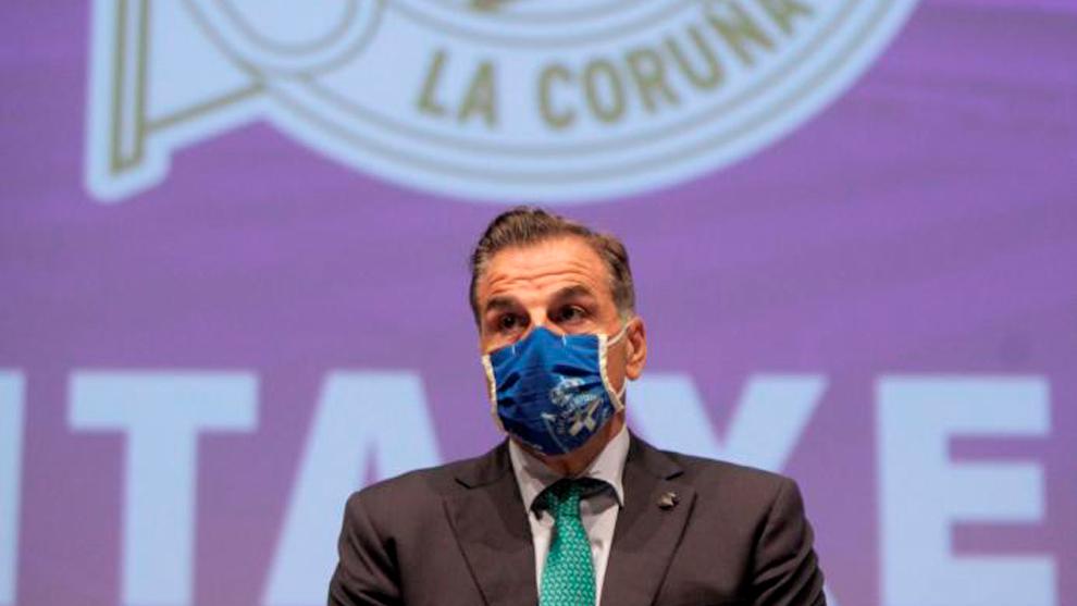 El presidente del Deportivo, Fernando Vidal, interviene durante la...